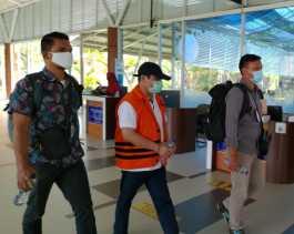 Gunakan Rompi Orange dan Tangan Terborgol, Amril Tiba di Pekanbaru
